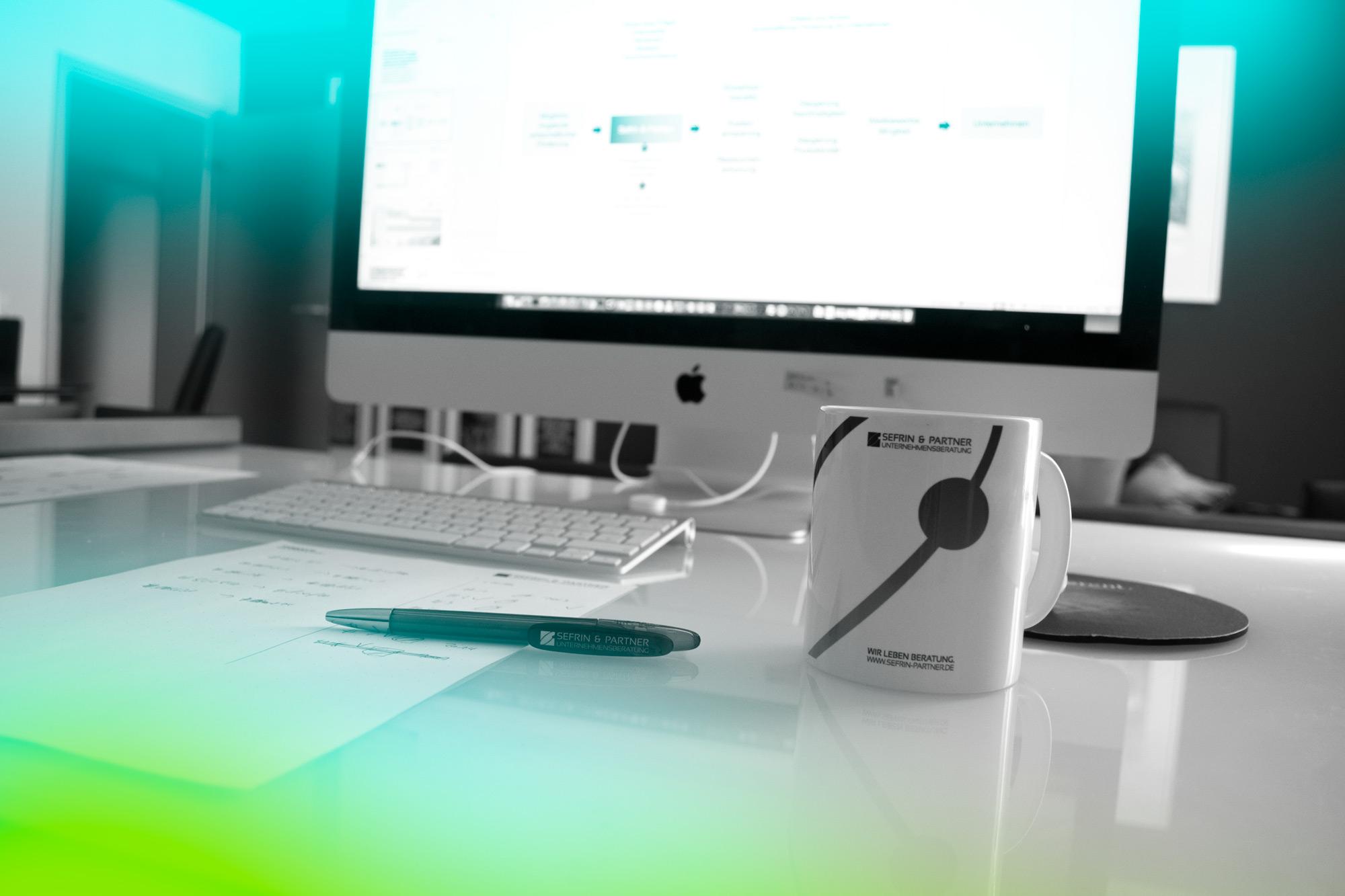 Detailaufnahme Bildschirm, Tasse, Stift