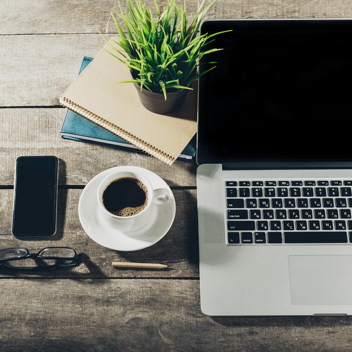 Bewerbertraining AVGS - Notebook mit Kaffeetasse, Handy, Brille und Notizheften